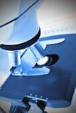 Microscopio del laboratorio. foto. Foto de archivo