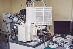 Microscopio elettronico a scansione di esame con una pistola del raggio ionico e una e Immagine Stock