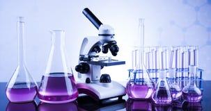 Microscopio en cristalería de laboratorio médico Imagenes de archivo