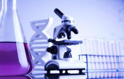 Microscopio en cristalería de laboratorio médico Fotografía de archivo