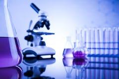 Microscopio en cristalería de laboratorio médico Fotos de archivo libres de regalías