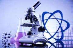 Microscopio en laboratorio médico, la investigación y el experimento Imágenes de archivo libres de regalías