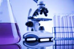 Microscopio en laboratorio médico, la investigación y el experimento Fotos de archivo