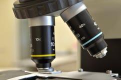 Microscopio en un laboratorio Foto de archivo libre de regalías