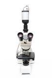 Microscopio isolato su priorità bassa bianca Fotografia Stock