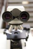 Microscopio in Lab del dottore Immagine Stock