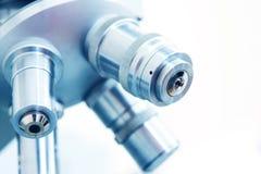 Microscopio in laboratorio Fotografie Stock Libere da Diritti