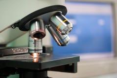 Microscopio médico profesional Foto de archivo