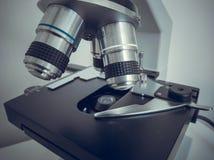 Microscopio, muestras de examen y l?quido Equipo t?cnico foto de archivo libre de regalías