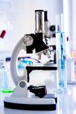 Microscopio nella stanza del laboratorio fotografia stock