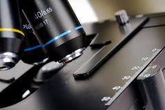 Microscopio ottico immagine stock