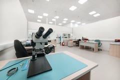 Microscopio ottico industriale Posto di lavoro per controllo di qualità dei circuiti elettronici immagini stock libere da diritti