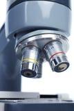 Microscopio per l'osservazione del laboratorio Fotografia Stock