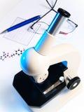 Microscopio su priorità bassa bianca Fotografia Stock Libera da Diritti