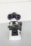 Microscopio su uno scrittorio Fotografia Stock
