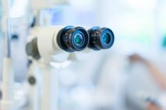 Microscopio in un laboratorio di scienza per trovare qualche cosa di nuovo per il futuro immagini stock