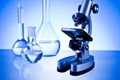Microscopio y laboratorio Imagen de archivo libre de regalías