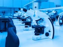 Microscopios del laboratorio fotografía de archivo libre de regalías