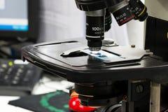 Microscopios modernos en un laboratorio Fotografía de archivo libre de regalías