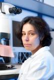 Microscopiste féminin aîné Photo libre de droits