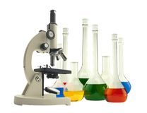Microscópio e tubos de ensaio do metal do laboratório com o líquido isolado Imagem de Stock Royalty Free