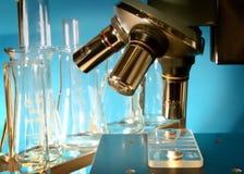 Microscópio no laboratório Imagens de Stock Royalty Free