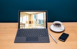 Microsoft emerge Pro4 con la aguja, el teléfono y el teclado Fotos de archivo libres de regalías