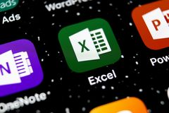 Microsoft Excel podaniowa ikona na Jabłczanym iPhone X ekranie w górę Microsoft Office Excel app ikona Microsoft Office na wisząc zdjęcie stock
