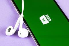 Microsoft Excel podaniowa ikona na Jab?czanym iPhone X ekranie w g?r? Microsoft Office Excel app ikona Microsoft Office na wisz?c zdjęcia royalty free