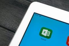 Microsoft Exel podaniowa ikona na Jabłczanego iPad Pro parawanowym zakończeniu Microsoft Office Exel app ikona Microsoft Office n zdjęcia stock