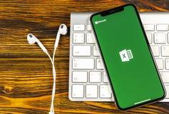 Microsoft Exel podaniowa ikona na Jabłczany X iPhone parawanowym zakończeniu Microsoft Office Exel app ikona Microsoft Office na  fotografia royalty free