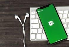 Microsoft Exel podaniowa ikona na Jabłczany X iPhone parawanowym zakończeniu Microsoft Office Exel app ikona Microsoft Office na  zdjęcia royalty free