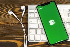 Microsoft Exel podaniowa ikona na Jabłczany X iPhone parawanowym zakończeniu Microsoft Office Exel app ikona Microsoft Office na  zdjęcie stock