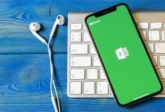 Microsoft Exel podaniowa ikona na Jabłczany X iPhone parawanowym zakończeniu Microsoft Office Exel app ikona Microsoft Office na  obraz royalty free