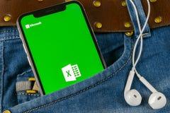Microsoft Exel podaniowa ikona na Jabłczany X iPhone parawanowym zakończeniu w cajgach wkładać do kieszeni Microsoft Office Exel  fotografia royalty free