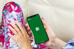 Microsoft Exel podaniowa ikona na Jabłczany X iPhone parawanowym zakończeniu w kobiet rękach Microsoft Office Exel app ikona Micr obraz stock
