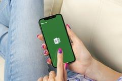 Microsoft Exel podaniowa ikona na Jabłczany X iPhone parawanowym zakończeniu w kobiet rękach Microsoft Office Exel app ikona Micr obraz royalty free