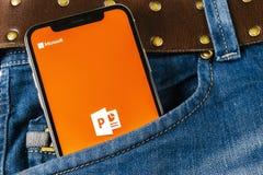 Microsoft-het de toepassingspictogram van bureaupower point op Apple-iPhone X het schermclose-up in jeans in eigen zak steekt Het Stock Foto