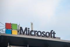 Microsoft logo på deras huvudkontor för Serbien Microsoft utvecklingsmitt Microsoft en av de huvudsakliga programvaruproducentern royaltyfri fotografi