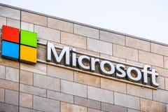 Microsoft logo på företagets kontorsbyggnad arkivbilder