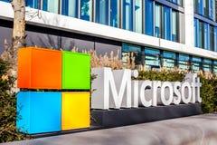 Microsoft logo przy budynkiem biurowym, Monachium Niemcy fotografia royalty free