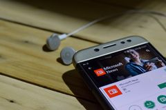 Microsoft nyheternaapplikation på den Smartphone skärmen arkivfoto