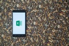 Microsoft Office übertreffen Logo auf Smartphone auf Hintergrund von kleinen Steinen Stockbild