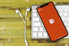 Microsoft Office Powerpoint podaniowa ikona na Jabłczany X iPhone parawanowym zakończeniu PowerPoint app ikona Microsoft Power Po obrazy royalty free