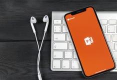 Microsoft Office Powerpoint podaniowa ikona na Jabłczany X iPhone parawanowym zakończeniu PowerPoint app ikona Microsoft Power Po obraz royalty free
