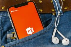 Microsoft Office Powerpoint podaniowa ikona na Jabłczany X iPhone parawanowym zakończeniu w cajgach wkładać do kieszeni PowerPoin zdjęcia royalty free