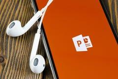 Microsoft Office Powerpoint podaniowa ikona na Jab?czany X iPhone parawanowym zako?czeniu PowerPoint app ikona Microsoft Power Po obrazy royalty free