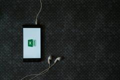 Microsoft Office przoduje loga na smartphone ekranie fotografia stock
