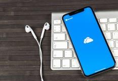 Microsoft OneDrive applikationsymbol på närbild för skärm för Apple iPhone X Microsoft onedrive app symbol Microsoft kontor OneDr royaltyfri foto