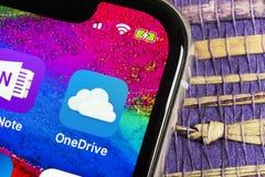 Microsoft OneDrive podaniowa ikona na Jabłczany X iPhone parawanowym zakończeniu Microsoft app onedrive ikona Microsoft Office On obrazy royalty free